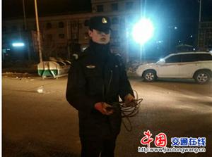 电缆当街断落山西绛县民警手托电缆排除险情获赞