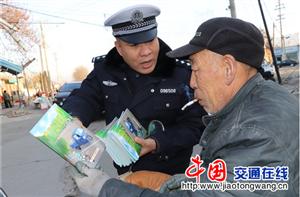 绛县交警:年货市场宣教安把幸福团圆带回家