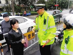 母亲病逝江苏男子一家滞留海口 交警开辟特殊通道
