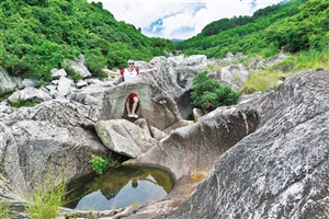 万泉河流经的古老石臼群