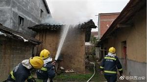 西乡一房屋着火 民警将烧伤的83岁老人背离火场