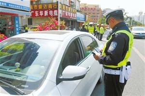 珠海交警部门开展大规模文明交通建设行动 因后排乘客不系安全带 近百辆车驾驶员被教育