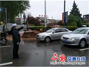 山西绛县交警雨天护学保安全