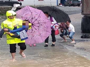 """威尼斯人平台:突发洪水淹没公路桥,辅警化身""""水上桥梁""""护送老人学生安全渡河"""
