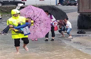 """黔江:突发洪水淹没公路桥,辅警化身""""水上桥梁""""护送老人学生安全渡河"""