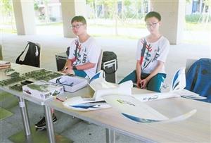 A4纸做的纸桥能站上一名高中生 省实珠海金湾学校举办科技节汇展