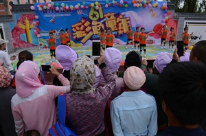 袁川幼儿园的小宝宝们玩HIGH了,他们今天个个都是小明星