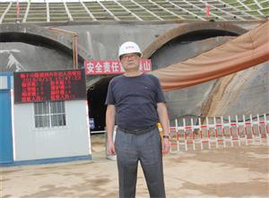 江夏柿子山隧道中导洞顺利贯通