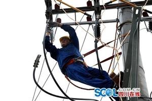巴中暴雨致4万余户停电 450余名电力人一线抢修