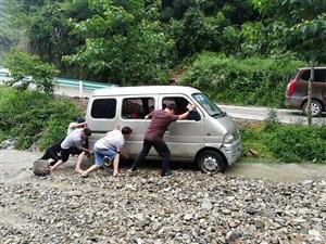 永兴村干群一心从泥潭推出12辆过往车辆