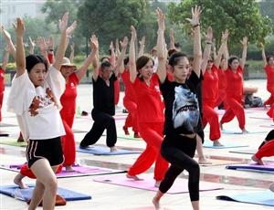喜迎2018枣庄首届《国际瑜伽日》 全民健身公益活动,瑜伽爱好者齐聚东湖公园