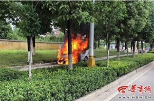 轿车行驶中发生自燃 汉中消防5分钟扑灭