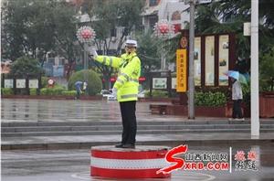 绛县交警雨中执勤确保出行安全