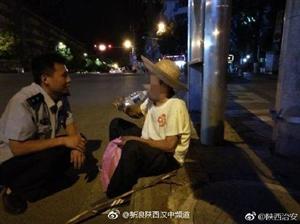 汉中南郑警方街头救助迷路老人