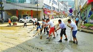 汉中佛坪降暴雨泥石流堵塞排洪沟渠涌上街道,众人齐排水