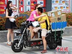 南京美女走上街头拥抱快递小哥传递快乐