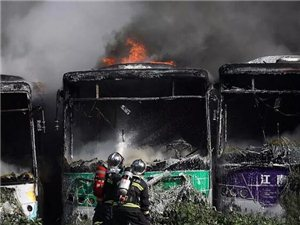 突发!十多辆停在一起的公交车居然全部起火燃烧,火势吓人!