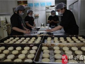 """传统""""酥皮月饼""""迎中秋"""