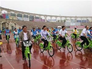 邹城志愿者冒雨骑行,为星星宝贝募捐儿童教具