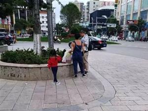 辣眼睛!澳门新濠天地娱乐场同乐广场一夫妻让小孩花台上大便!
