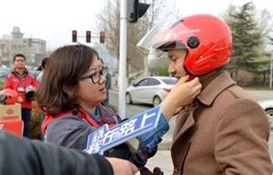 把安全头盔戴到学生头上