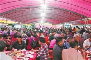 东湾村700名老人过节 看表演 品美食 聊家常