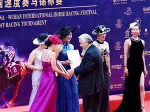 鄂州女性在赛马节上获得殊荣