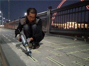 看,鄂州凤凰大桥上有群人在干嘛?