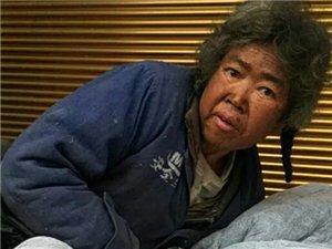 造孽!这么冷的天,筠连巡司镇竟有一位老人睡在屋外的地上!