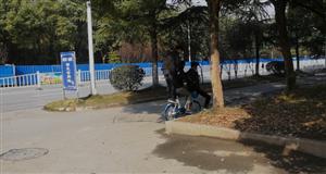 共享单车三人骑?点名澳门真人博彩评级网址这三位同学
