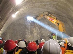 省道230洋县至华阳公路控制性工程贯岭隧道贯通