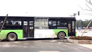 """危险!这辆打""""补丁""""的公交车该修修啦!"""