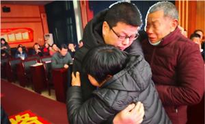 """""""让妈妈再亲亲你的手""""汉中三名被拐儿童回到父母的怀抱"""