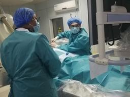 """邹城:往患者腰椎注""""水泥"""",腰椎骨折患者住院两天康复了"""