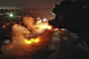 化工厂爆炸救援:幸存者离起火罐不足百米