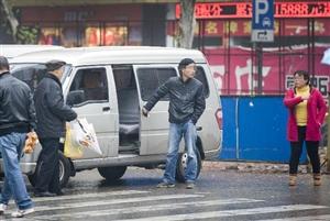 市民反映汉中一高铁站黑车接站乱象 官方:现象属实 已开始整治