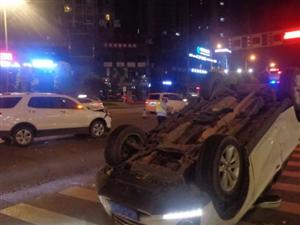 """大足这里发生一起交通事故,其中一辆车撞击后""""四脚朝天"""""""