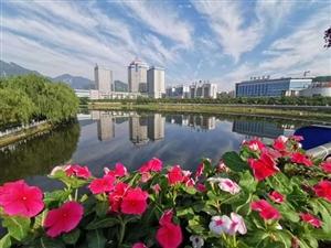 新县县城两岸绿树成荫,风来水漾,仿如飘拂在少女脸上的丝巾