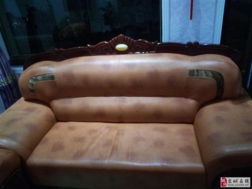 交城:转让皮沙发一套