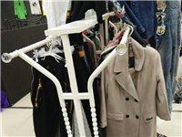 卖桌子凳子,衣服架子。衣服挂