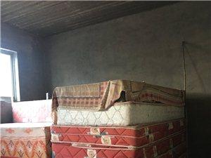 大量单人床(1米*2米)、桌子、椅子出售