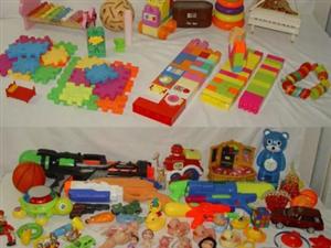 45元出售插口积木、人偶等70件儿童益智玩具