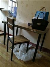 一张桌子两把椅子