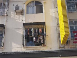 出租广场路西三层(假4层,楼顶可堆放物)私房,门口宽敞