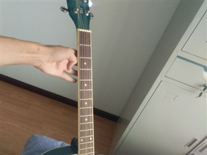 基本全新吉他出售,带自学教材,吉他包,替换弦