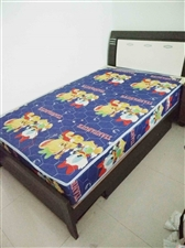 两个木质床带床垫