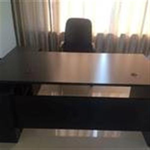 顶账的办公沙发,办公桌,窗帘,都是全新