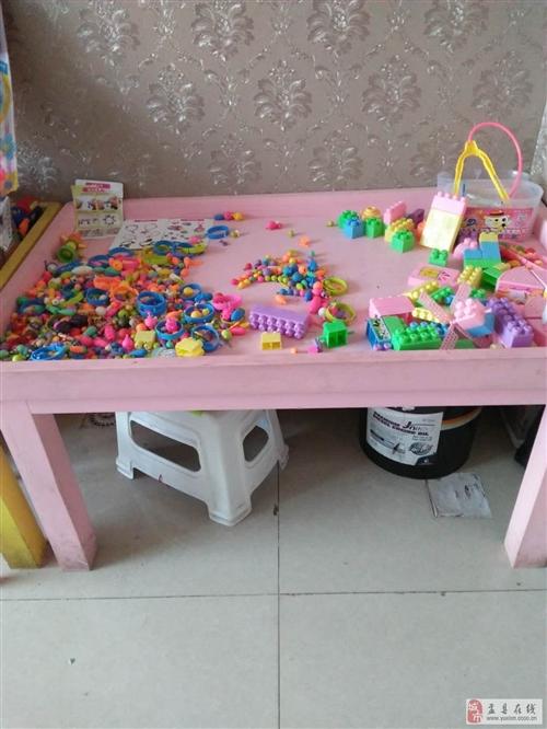低价出售桌子带上面的玩具 一百一张