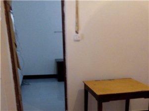 中心地段一楼宽敞的一室一厅带热水器,可停放电动