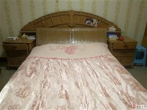 急售五成新床一张,另送梳妆台、电视柜各一。
